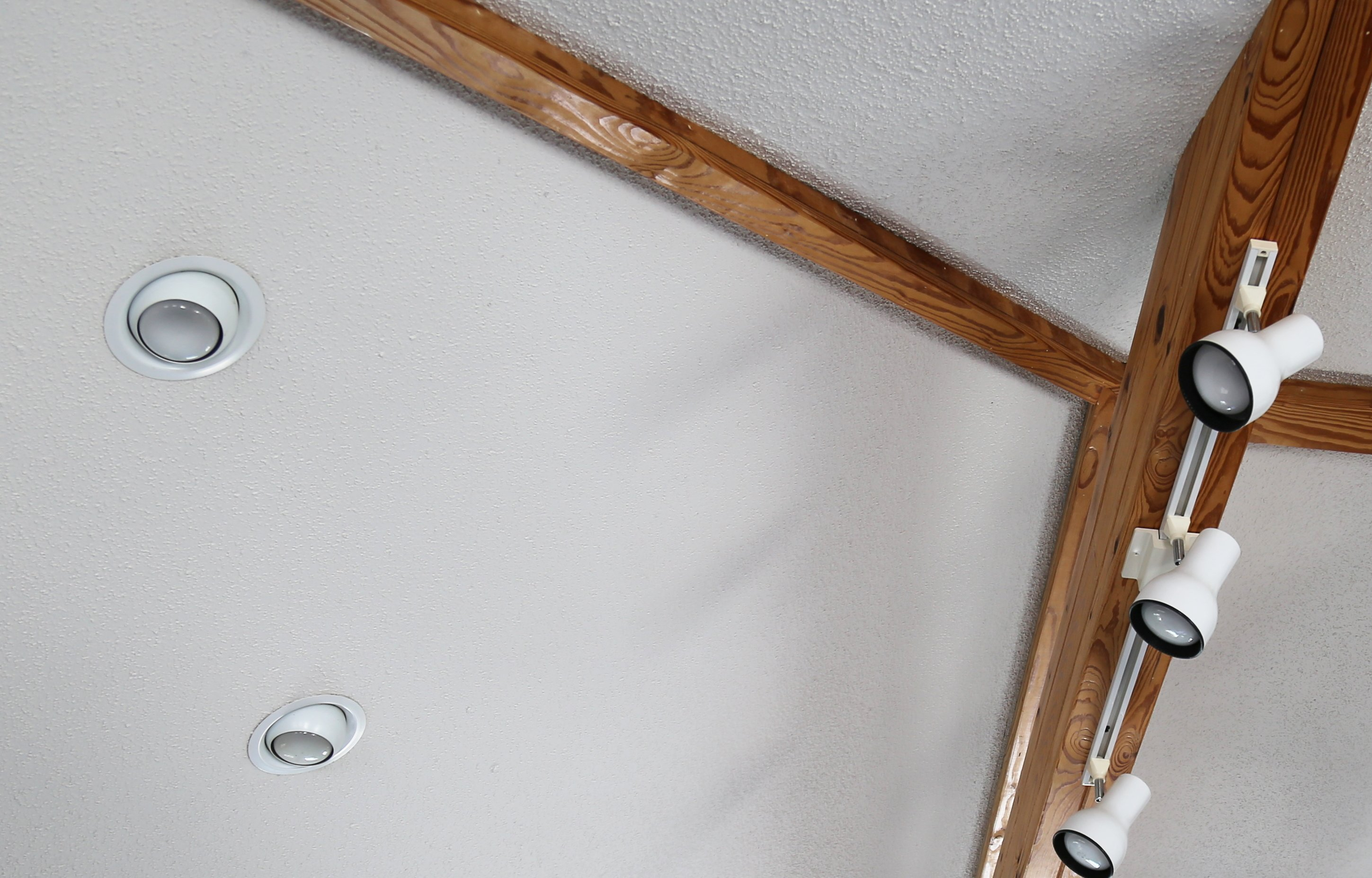 Electrician Crofton Recessed Track Lighting